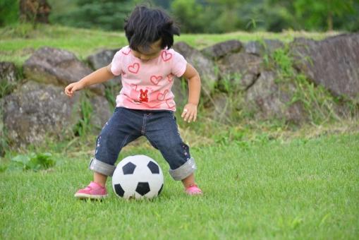 園児 女の子 子供 女児 サッカ- ボ-ル 戯れる 夢中 自然 風景 幼児 元気 なでしこジャパン 健康 未来 希望 楽しい 女子サッカ- 熱中 蹴る 活発 保育園 保育園児 活発 スポ-ツ 夏 喜び 子ども 児童 こども 芝生 遊ぶ