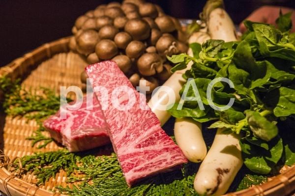 飛騨牛と野菜、きのこの食材の写真