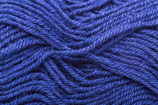 編み物 編物 毛糸 毛糸玉 糸 けいと 手芸 編み物用品 手編み ニット 編む 手作り 手仕事 ハンドメイド 趣味 ホビー 素材 資材 シンプル 雑貨 静物 スティルライフ 紺色 紺 青 青色 1色 一色 玉 接写 アップ 全面