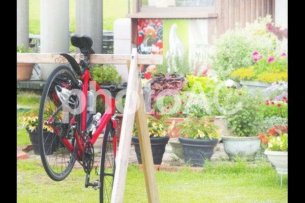 赤い自転車と自転車置き場の写真