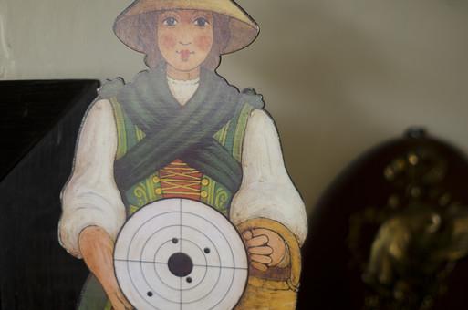アンティーク 骨董品 コレクション 古い 昔 クラシック クラシカル ビンテージ ヴィンテージ 中古 レトロ 歴史 的 ターゲット 人物 銃弾で開いた穴 弾痕 銃弾 訓練 外れる 当たる 命中 戦争 悲しい 悲惨 武力
