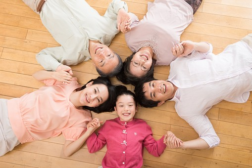 人物 日本人 家族 親子 ファミリー 三世代 二世帯 5人 両親 義両親 こども 子供 孫 娘 女の子 小学生 寝転ぶ 手をつなぐ 輪になる 俯瞰 ハイアングル 笑顔 スマイル 仲良し 協力 絆 助け合い mdjf017 mdjm016 mdfk014 mdjms004 mdfs003
