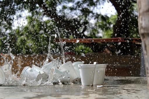 自然 植物 木 樹木 葉 葉っぱ 緑 水 水飛沫 透明 水玉 雫 注ぐ 勢い 強い 水流 跳ねる 濡れる コップ 入れ物 器 倒れる 並ぶ 沢山 多い 集まる 密集 地面 アップ ぼやける ピンボケ ピント 屋外 室外 景色 風景 景観