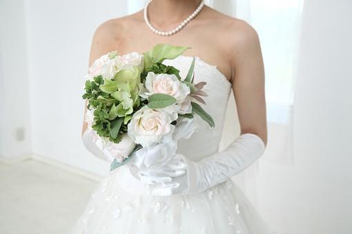 花嫁 女性 美しい きれい 上品 ウェディング 結婚式 結婚 記念 光 ブーケ 花束 ペンダント 純白 白 透明感 グローブ 胸元 レース 真珠 肩 肩出し 持つ 薔薇 シルク ドレス ウェディングドレス  ドレス ウェディングドレス mdjf014