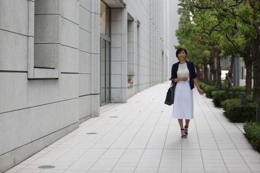 都会を歩く女性の写真