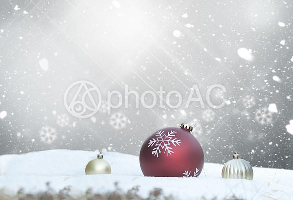クリスマスオーナメントボールと雪の写真