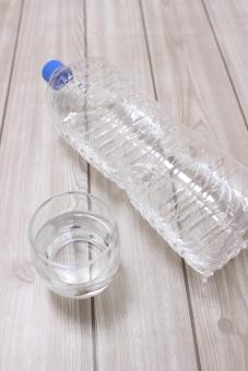 ミネラルウォーター 水 飲料水 みず 飲料 飲む 乾く のむ 潤う 縦 透明 ガラス グラス コップ ペットボトル カップ 水分 補給 必要 不可欠 地球 人間 人 water 自然 nature 美容 健康 促す 流す テーブル 板 木目 ホワイト white 白