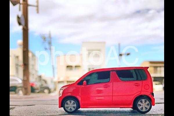 赤いミニカー街を走るの写真