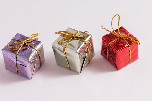 箱 小箱 プレゼント 贈り物 手土産 土産 ゴールド  金色 シルバー レッド 赤 ブルー 青 銀色 光沢 ギフト 贈答品 印象的 おくり物 3箱 ボックス 屋内 人物なし 物撮り 包装紙 紙 置く 集める 上から視線 反射 高級感 横並び 直線状 整然 整列