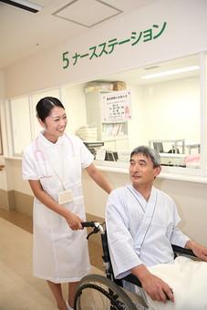 男 男性 日本人 笑顔 話す 会話 シニア 老人 おじいちゃん mdjm013 患者 散歩 病院 医療 入院 白衣 ナースステーション 看護師 ナース 押す 医院 看護婦 看護 車椅子 介護 介護士 アジア人 mdjf034