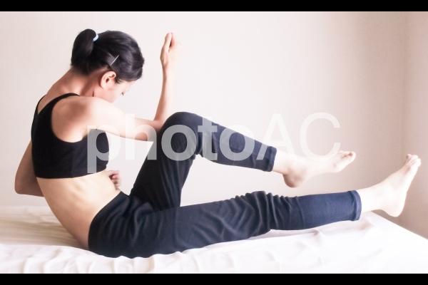 ツイストクランチする女性の写真