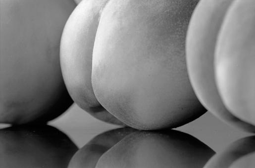 モモ もも 桃 果実 くだもの 静物 モノクロ写真 フィルム イメージ ヒップ 尻 反射 植物 白黒 横位置 余白