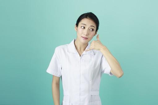 人物 女性 日本人 20代 30代   仕事 職業 医療 病院 看護師  ナース 医者 医師 女医 薬剤師  白衣 看護 屋内 スタジオ撮影 背景  グリーンバック おすすめ ポーズ 上半身 連絡 電話 ジェスチャー 合図 仕草 mdjf010