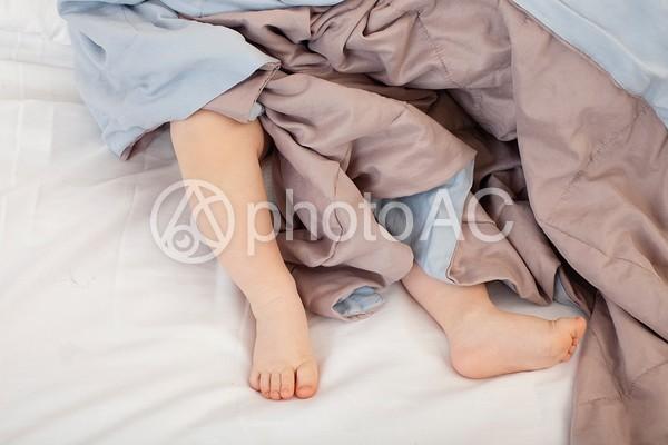 寝ている赤ちゃんの足の写真
