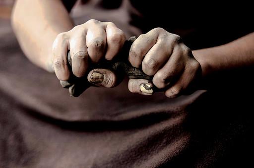 陶芸 工芸 伝統 手作り 職人 技 職人技 芸術 和風 アート 美術品 歴史 焼き物 搾る 成形 粘土 手 腕 手元 握る 潰す 爪 指 アップ 接写 マクロ 工房 アトリエ