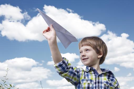 紙飛行機を飛ばす外国人の男の子43の写真
