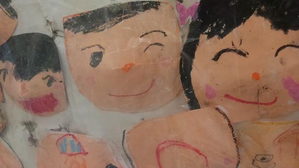 似顔絵 にがおえ 絵 子ども クレヨン 子供 こども いろえんぴつ 色鉛筆 顔の絵 顔 笑顔 にっこり ニッコリ 可愛い カワイイ かわいい 上手 幼稚園 幼稚園児 作品 お祭り 笑う 笑い顔 わらいがお わらう 口を開けて 口 開く 開ける 開けている 女の子 男の子 おんなのこ おとこのこ 女子 じょし 男子 だんし