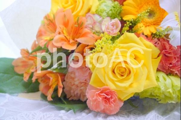 ビタミンカラーの花束の写真