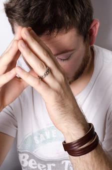 外国人 白人 海外 外国人男性 外人男性 人物 白バック 短髪 ひげ 青い目 シャツ 上半身 室内 茶髪 ポーズ  カメラ目線 男性 男 男の人 Tシャツ 指輪 リング 薬指 結婚指輪 婚約指輪 シャツ 白いシャツ 手 指 考える 悩み 外人 mdfm006
