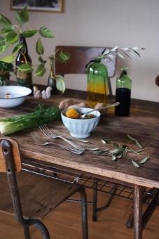 野菜スープ じゃがいも ジャガイモ ねぎ ネギ ディル クミン オリーブ オリーブの葉 カフェオレボウル 机 ダイニングテーブル 食卓 インテリア 古材 vegetable カトラリー フォーク 食べる ホーロー 部屋
