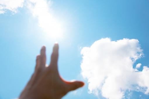 太陽 まぶしい 眩しい 日差し 紫外線 夏 ギラギラ太陽 人物 パーツ かざす 輝く 光 太陽光 気候 身体 青空 空 雲 青 自然 風景 景色 白 プカプカ ぷかぷか もくもく ふわふわ フワフワ お天気 天気 晴れ 快晴 明るい 昼 爽やか さわやか 気象 大空 sky 背景 背景素材 野外 屋外 外 ブルー ホワイト コピースペース バックグラウンド 天空 清々しい 日常 手 指 見上げる 手を伸ばす 希望 掴み取る 欲しい 手のひら 掌 男性 男
