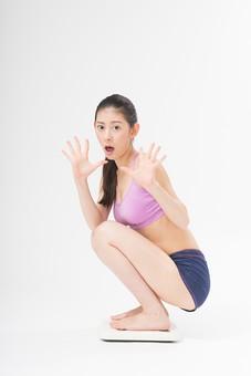 日本人 女性 美容 ダイエット モデル 一人 黒髪 美白 スタジオ撮影 背景白 背景なし 背景無し 白壁 綺麗 美人 髪アップ ポニーテール アップスタイル ナチュラルメイク 20代 30代 アラサー ボディー 細身 モデル体型 理想 体  ビューティー 健康 痩せる スポーツウェア スポーツウエア 水着 見せブラ 横向き 痩せたい 体重 体重計 計測 体重計に乗る 体重を測る 驚く リバウンド 困る 座る 白バック 白背景 全身 しゃがむ mdjf011