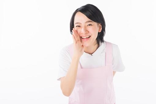 女性 おんな 女 エプロン 白衣 ピンク  介護 介護士 介助 ナース 病院  ヘルパー 看護師  手 ポーズ ファイト 応援 口 口元 声 白 白背景 白バック 爽やか 優しい 穏やか 笑顔 微笑み mdjf017