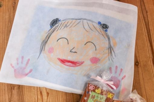 子供 こども 絵 手形 似顔絵 作品 発表会 作品展 卒業 思い出 保育園 幼稚園 幼児