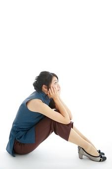 モデル 人物 日本人 日本 女性 女 女子 大人 20代 30代 ロングヘア 全身 体育座り 座る いじける 考える 落ち込む 物思い 休憩 休息 考え事 へこむ 凹む 淋しい 寂しい 白バック 白背景 mdjf019