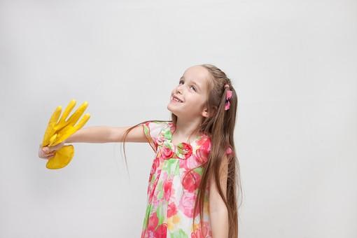 人物 こども 子供 女の子 少女  外国人 外人 キッズモデル あどけない かわいい   屋内 スタジオ撮影 白バック 白背景 長髪  ロングヘア ポートレイト ポートレート 表情 ポーズ ワンピース ゴム手袋 掃除 そうじ お手伝い mdfk016