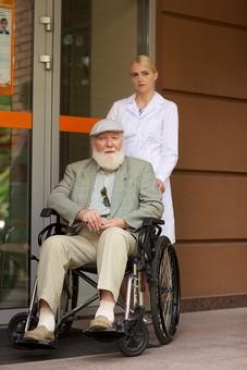 病院 医院 診療所 屋外 外 外国人 白人 男性 老人 高齢 高齢者 おじいさん おじいちゃん 髭 ヒゲ ひげ 白髪 女性 金髪 白衣 車椅子 車いす 座る 乗る 乗せる 上着 ジャケット ハンチング帽 押す 全身 玄関 エントランス 入口 前 女医 医者 医師 mdjms016       mdff142