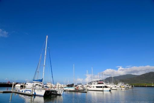 ヨット 船 海 空 青 オーストラリア ケアンズ グレート バリア リーフ ハーバー 船着場 岸 ドック 海外 外国 夏 夏休み 乗り物 豪華 金 富裕層 金持ち ボート ヨットハーバー