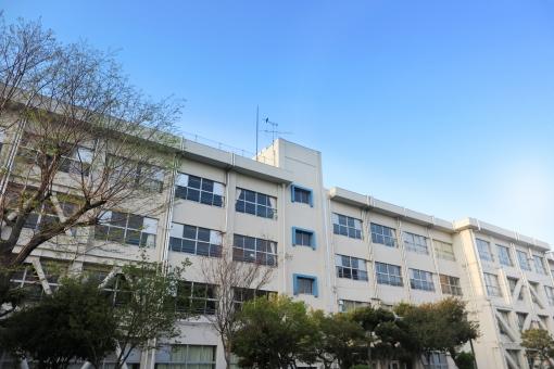 青空と学校校舎の写真