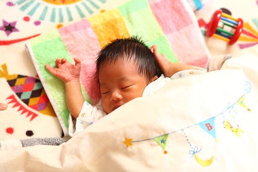 人物 日本人 赤ちゃん 赤ん坊 乳児 新生児 乳幼児 ベビー ベイビー 子供 子ども 小さい 出産 誕生 命 生命 愛情 可愛い 愛らしい 愛しい 癒し 幸せ 幸福 成長 発育 発達 子育て 育児 寝顔 眠り 昼寝 熟睡 睡眠 仰向け すずのガラガラ