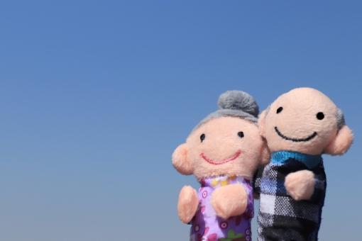 空を見上げるシニア夫婦の写真