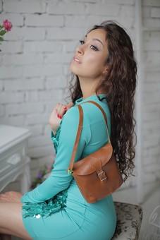 外国人 女性 ファッション 白人 モデル 20代 レディース 1人 一人  綺麗 美しい 美人 美女 ロングヘア 室内 屋内 スタジオ撮影 セクシー 部屋 ポーズ ポージング イス 椅子 ドレッサー 座る 座っている メイク 準備 かばん バッグ ショルダーバッグ タイトワンピース ブルー かっこいい 目線外し mdff008