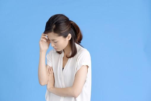 女性 ポーズ 人物 30代 日本人 黒髪 爽やか カジュアル 屋内 横向き ブルーバック 青背景 半そで 白  腕組 頭痛 激痛 限界 悩み 苦痛 苦難 心配 辛い 頭 手をやる 目 瞑る mdjf013