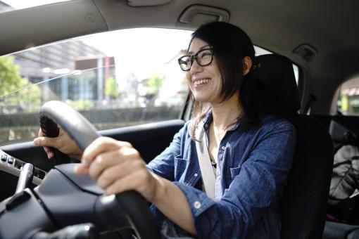 運転をする女性の写真