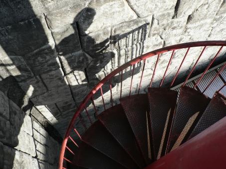 らせん 非常階段 影 赤 昇降口 サスペンス ミステリー シルエット