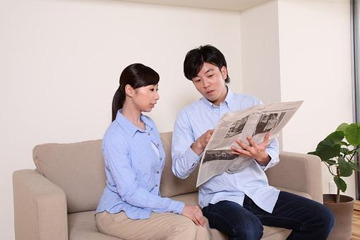 男 男性 女 女性 若者 20代 夫婦 人物 カップル ディンクス 若い 新婚 ソファ リビング リラックス 休日 ライフスタイル コミュニケーション 仲良し 新聞 時事問題 若い 日本人 mdjf033 mdjm003