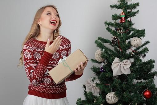 白バック 白背景 グレーバック 外国人 白人 金髪 ブロンド 20代 30代 女性 セーター ニット ノルディック柄 スカート クリスマス Christmas X'mas クリスマスツリー ツリー モミ もみの木 樅の木 モミの木 飾り オーナメント ボール リボン ブーツ 松ぼっくり 立つ プレゼント 箱 ボックス 贈り物 BOX 持つ カメラ目線 口に手をやる 笑顔 スマイル 笑う 微笑む mdff129