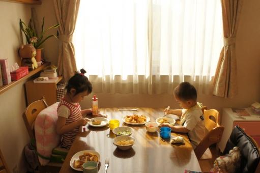 朝ごはん 朝御飯 朝食 ご飯 食 食育 窓 部屋 食べる 朝 パン 食事 子供 子ども こども 男の子 女の子 兄弟 家庭