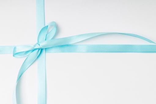 リボン 包装 ラッピング プレゼント包装 紐 結ぶ 飾る 可愛い キュート 華やか プレゼント 贈り物 ギフト ホワイトデー バレンタインデー 誕生日 バースデイ バースデー お祝い クリスマス イベント 記念日 素材   贈呈品 贈答品 贈る 青 ブルー 水色 蝶結び 白背景 メッセージ 告知 テキスト スペース お知らせ  雑貨 十字 十文字 クロス