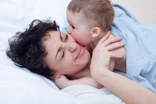 赤ちゃん 外国人 子供 子ども こども 男の子 男児 乳児 ライフスタイル ベビー ベッド 布団 ふとん 寝る 寝転ぶ 一緒 母 母親 ママ お母さん 子守 子守り 寝かしつけ 寝かせる 金髪 親子 母子 横になる ブルー系 kiss キス mdmk030
