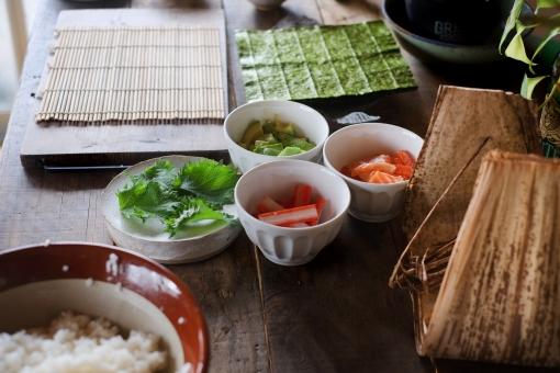 巻き寿司準備 巻き寿司 まきずし 巻きすし 寿司 すし スシ まきす 巻きす 巻き簀 マキス しそ シソ 紫蘇 大葉 カニカマ かにかま カニかま アボカド のり ノリ 海苔 sushi sushiroll 竹の皮 笹の葉 酢飯