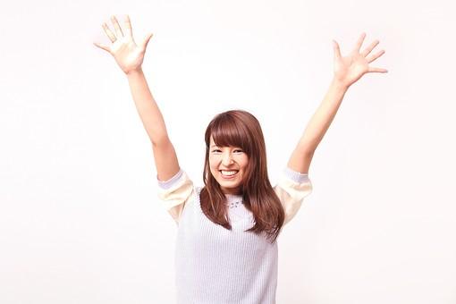 人 人間 人物 人物写真 ポートレート ポートレイト 女性 女 女の人 若い女性 女子 レディー 日本人 茶髪 ブラウンヘア セミロングヘア  白色 白背景 白バック ホワイトバック  手 指 ポーズ  笑顔 笑う  歯 バンザイ 万歳 手を広げる 手を開く 手のひら 掌 嬉しい 喜び 喜ぶ 手を上げる 手を挙げる 手のポーズ mdfj012