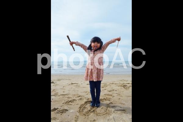 子供 海辺でばんざいの写真