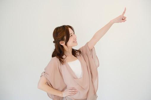 日本人 女性 女 30代 アラサー グレーバック 背景 グレー ポーズ ハーフアップ 髪型 茶髪 ナチュラル 私服 カジュアル ピンク ピンクベージュ 指さす 指 指す 示す 発見 見つけた 見上げる 上を向く 腰 手 当てる 腰に手を 手を腰に 横向き 横顔 笑顔 スマイル 目標 目指す  mdjf013