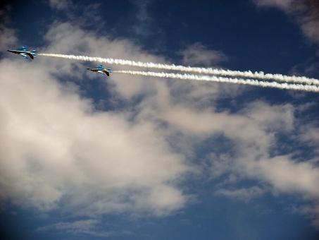 ブルーインパルス 航空ショー 航空自衛隊 自衛隊 航空祭 入間基地 アクロバット飛行 アクロバット 展示飛行 松島基地 T-4 T-4練習機 編隊飛行 飛行機雲 航空祭 スモーク サーカス 青空 秋空 群青 紺碧 雲 空 風景 景色 練習機 飛行機 ジェット戦闘機 戦闘機 JSDF