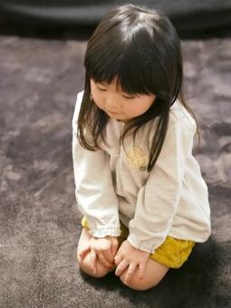 子ども 子供 反省 育児 幼児 女児 園児 しつけ 日本人 kids girl sit straight 座る 女の子 正座